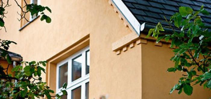 Udvendig isolering udføres, den mest effektive måde at efterisolere husets ydervægge på